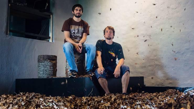 Statt im Wald fallen die Blätter nun im Kellertheater. Simon Landwehr (rechts) und Marco Erni machen das Beste daraus.