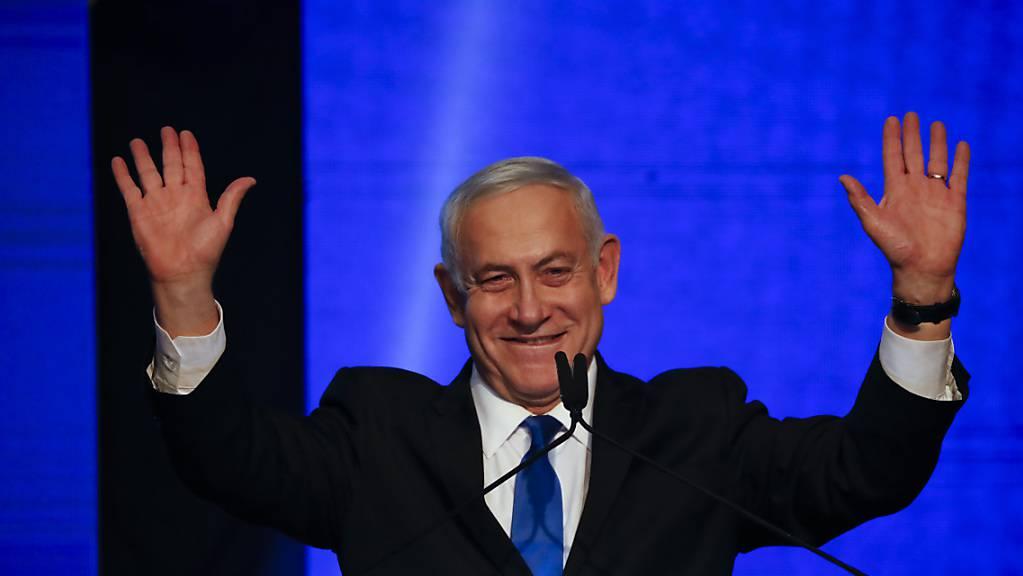 Israels rechtskonservativer Regierungschef Benjamin Netanjahu hat sich trotz Prognosen über ein Patt bei der Parlamentswahl in der Nacht auf Mittwoch siegesgewiss geäussert.