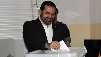 Dürfte seinen Posten behalten: der libanesische Premierminister Saad Hariri bei der Stimmabgabe am Sonntag in Beirut.
