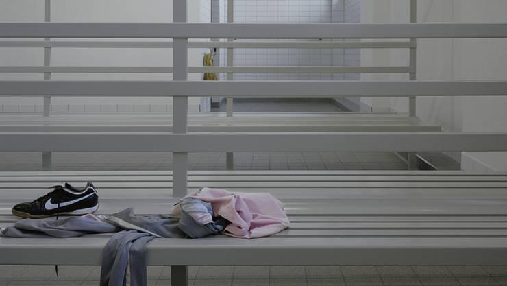 Der ehemalige Lehrer wird beschuldigt, minderjährige Schülerinnen beim Duschen beobachtet haben. (Themenbild)