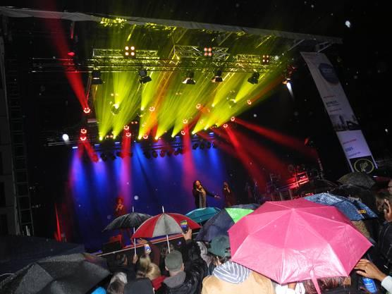 Purer Disco-Kult: Als Boney M. die Bühne betraten, gab es kein Halten mehr. Zum Hit «Daddy Cool» sang das Publikum lautstark mit und der Rapidplatz wurde trotz Regen zur brodelnden Tanzfläche.