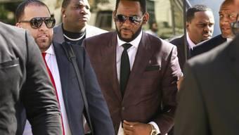 Muss nach neuen Vorwürfen in Haft bleiben: Der Sänger R. Kelly, hier bei einer früheren Anhörung in Chicago.