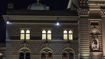Die Staatspolitische Kommission (SPK) des Nationalrats will mehr Licht ins Dunkel bringen und die Transparenz bei Interessenbindungen von Ratsmitgliedern erhöhen. (Archivbild)