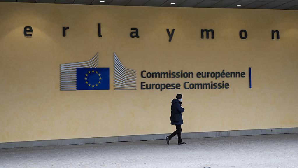 ARCHIV - Eine Passantin geht vor dem Schriftzug am Berlaymont-Gebäude entlang, dem Sitz der Europäischen Kommission. (Archivbild) Foto: Aaron Chown/PA Wire/dpa