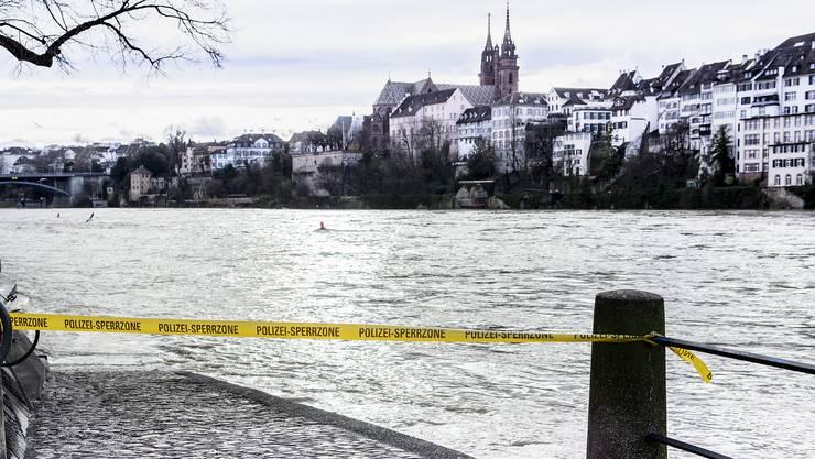 Am Basler Rheinufer sind diverse Orte gesperrt, weil das Wasser bereits untere Bereiche der Ufer überflutet hat.