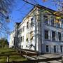 Das Schulhaus bekommt einen neu gestalteten Pausenplatz. (Archiv)