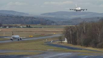Ein Flugzeug im Landeanflug auf den Flughafen Zürich (Symbolbild)
