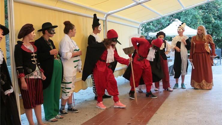 Die Kreisschülerinnen und -schüler proben die selbst geschriebenen Theaterszenen ihrer Commedia dell'Arte «Varazze».