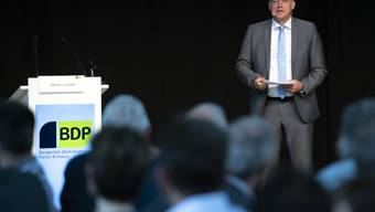 """BDP-Parteipräsident Martin Landolt lanciert an der Delegiertenversammlung in Burgdorf den Wahlkampf mit dem Motto """"BDP. Langweilig, aber gut""""."""