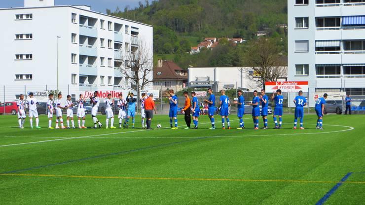Die Mannschaften begrüssen sich.  FC Frenkendorf blau und BSC Old Boys Basel (weiss)