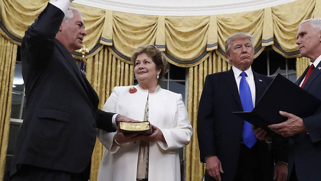 Eingeschworen: US-Aussenminister Rex Tillerson legt die Hand auf die Bibel in den Händen seiner Frau Renda St. Clair beim Amtseid.