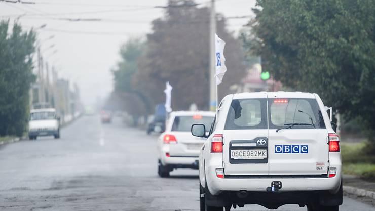 Fahrzeuge der OSZE-Beobachtermission in der Ostukraine (Archiv)