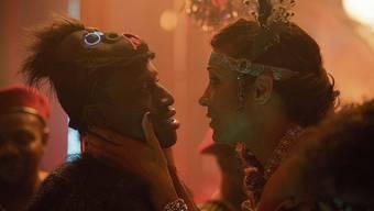 Als wollte sie ihn schütteln: Club-Besitzerin Eva (Annabelle Mandeng) versucht, Francis (Welket Bungué) die Augen zu öffnen.