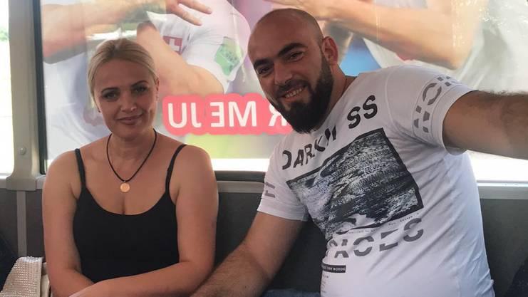Granit Krasniqi mit seiner Frau im Doppeladler-Bus.