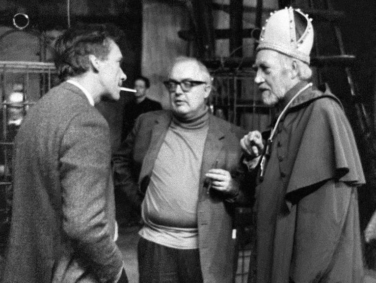 Regisseur Werner Düggelin, links, mit dem Autor Friedrich Dürrenmatt (Mitte) im Jahr 1967 bei der Hauptprobe zu «Die Wiedertäufer» am Schauspielhaus Zürich.