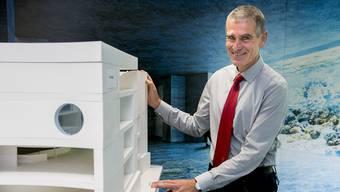 Hofft auf ein Ja an der Urne: Zoodirektor Olivier Pagan mit einem Modell des geplanten Ozeaniums.