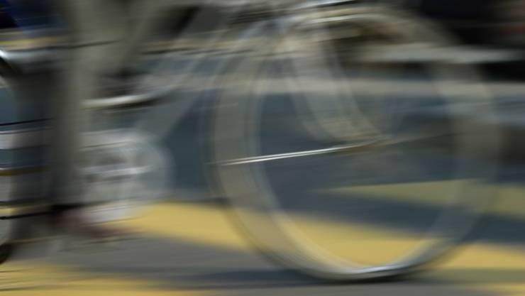 Bei einer Kollision mit einem PW verletzte sich ein 82-jähriger Fahrradfahrer schwer. (Symbolbild)