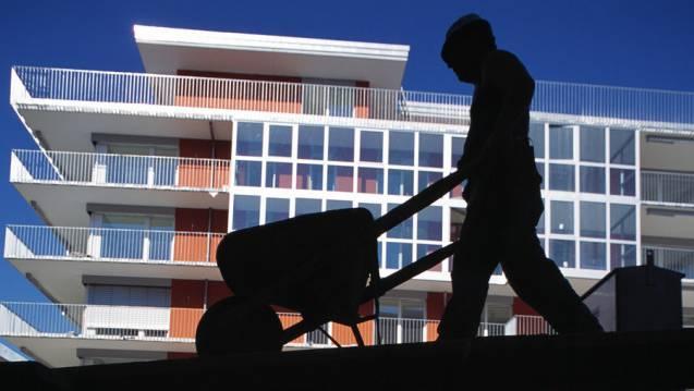 Ein Arbeiter stürzte in Basel von einem zu reparierenden Dach und verletzte sich schwer.l (Symbolbild)