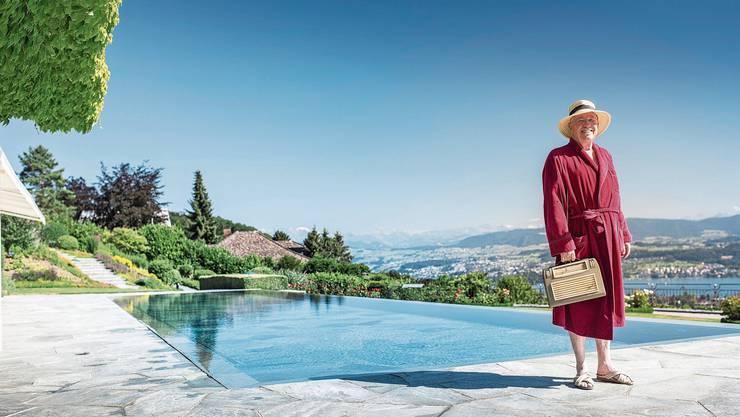 Christoph Blocher an seinem Swimmingpool in Herrliberg. Die Aufnahme ist aus einem  Wahlkampffilm der SVP aus dem Jahr 2015.