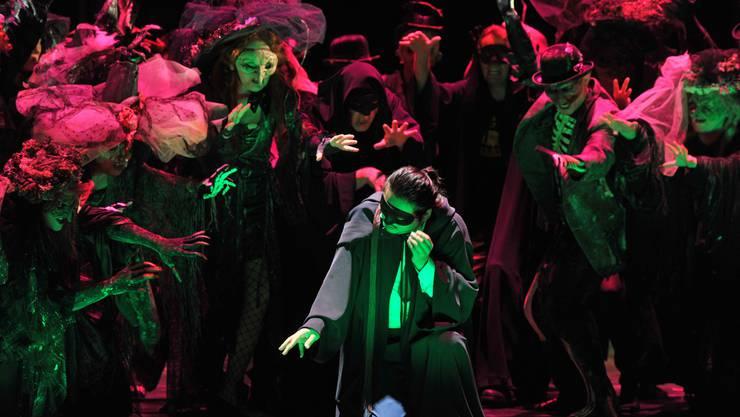 Bariton Eung Kwang Lee (Mitte) spielt und singt packend den Renato, den Freund und späteren Mörder von Riccardo.