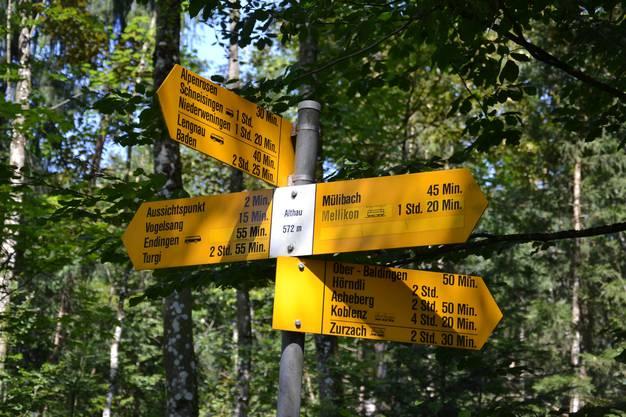 Die gelben Wegweiser sagen nicht nur, wo es langgeht. Sie sind unter anderem auch ein Stück gutschweizerischer Präzision.  Fotos: Mario Fuchs und Sven Altermatt
