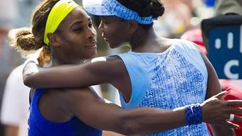 Venus Williams (r.) bezwingt ihre Schwester Serena (l.)
