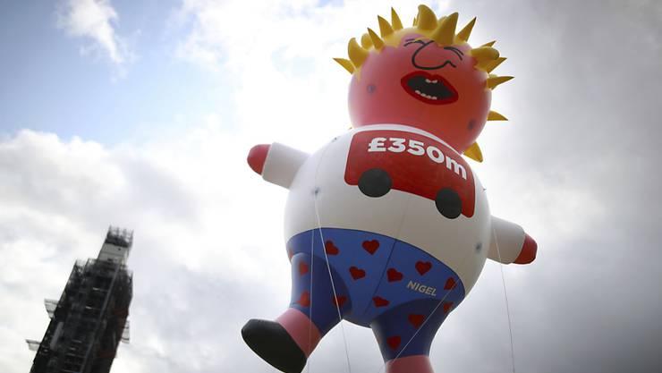 Mit einer Boris-Johnson-Puppe am Himmel haben Demonstranten in London gegen den voraussichtlich neuen britischen Premierminister protestiert.