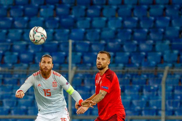 Haris Seferovic im Duell mit Sergio Ramos.