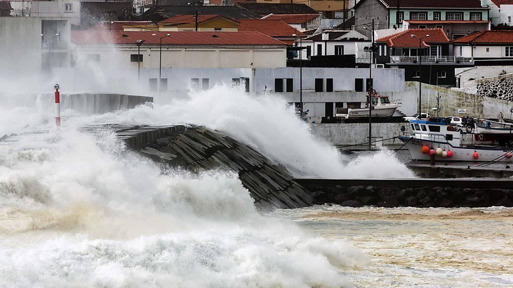 Das Fischerstädtchen São Mateus auf den Azoren hatte mit Riesenwellen zu kämpfen.