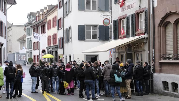 Auch wenn sämtliche Fasnachtsveranstaltungen abgesagt wurden: Die Basler geniessen die Tage in den typischen Fasnachtsbeizen.