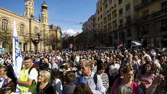 Tausende Menschen nehmen am Gedenkmarsch in Budapest teil