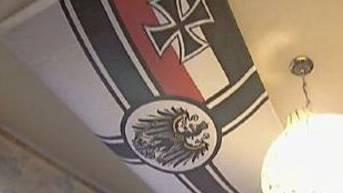 2013 entsteht Wirbel um Freysinger, weil in einer SRF-Sendung die deutsche Reichskriegsflagge in seinem Büro zu sehen ist. Er lässt verlauten, ihm gefielen die Farben und Symbole...