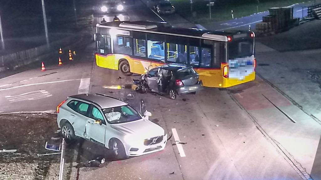 Heftiger Crash zweier Autos mit Postauto – zwei Personen verletzt