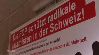Ein Wahlplakat des Egerkinger Komitees um Walter Wobmann behauptet, bestimmte FDP-Politiker würden radikale Islamisten schützen. Nun reichte die FDP eine Klage ein und erzwang damit eine superprovisorische Verfügung.