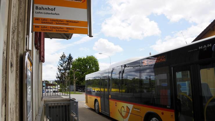 Haltestelle und Ausgangspunkt der Linien 885 und 886 beim Bahnhof Lohn-Lüterkofen. Hanspeter Bärtschi