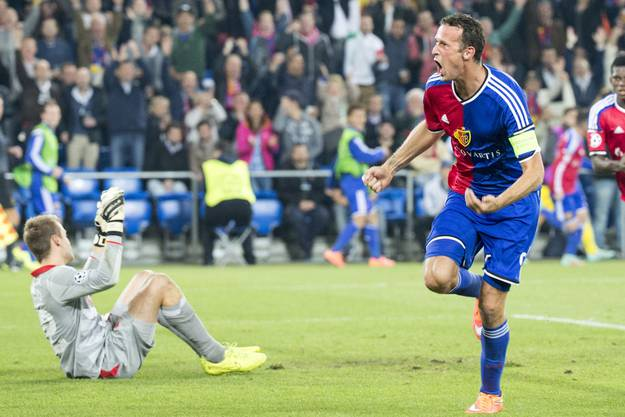 Marco Streller (r.) kann nach seinem Treffer jubeln, Liverpool-Goalie Mignolet ist enttäuscht