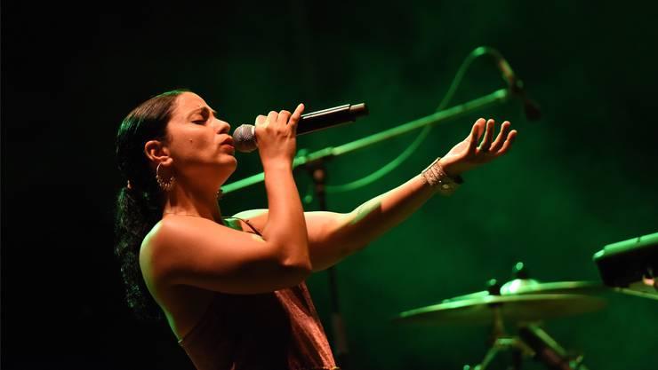 Emel Mathlouthi betörte mit ihrem Gesang das Publikum in Lörrach. Mit ihrer eindringlichen Stimme wurde sie auch zum Symbol des tunesischen Freiheitskampfes.