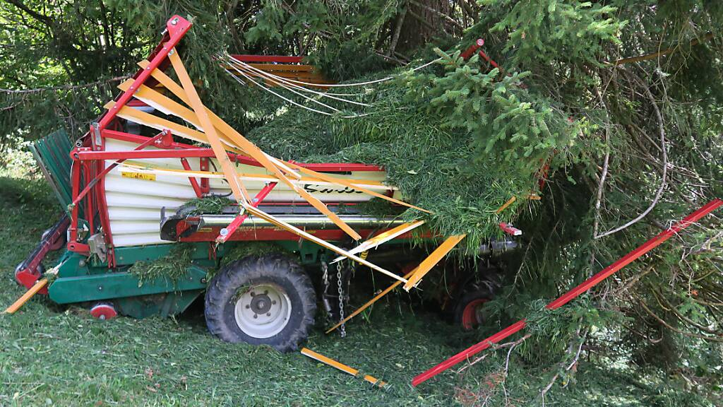 Landwirt rutscht mit Ladewagen in Baum und wird weggeschleudert