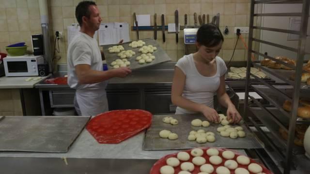 Hochbetrieb in der Dreikönigskuchen-Produktion der Bäckerei Studer – Yves Studer, Bäckermeister und Geschäftsinhaber, sagt, wie König in den Kuchen kommt.