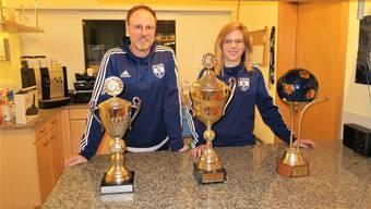 Chris Stecher, Präsident des FC Muhen, und Trainerin Martina Hauri im Clublokal des Fussballvereins. Flurina Dünki