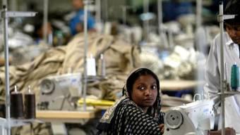Näherin in Bangladesch - laut Oxfam verdient sie in ihrem ganzen Leben so viel wie einer der Chefs der grössten Modekonzerne in vier Tagen (Archiv)