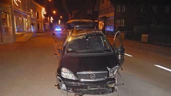 Eine 37-jährige Frau hat bei Kreuzlingen TG einen Metallzaun gerammt und schleifte mehrere Meter entlang einer Hausfassade. Sie wurde leicht verletzt.