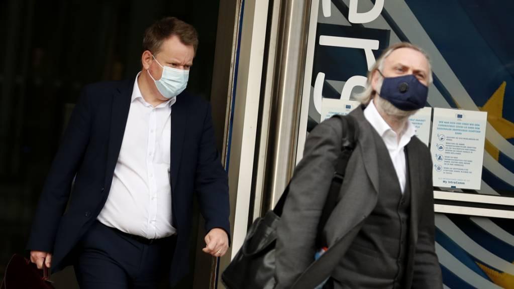 David Frost (l.), Großbritanniens Chef-Unterhändler für den Brexit, verlässt das das EU-Hauptquartier nach einem Treffen mit französischen EU-Brexit-Unterhändler Barnier. Foto: Francisco Seco/AP/dpa