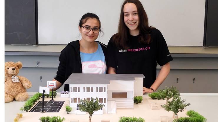Aybike und Svenja aus der 3a Sek E stellen das Modell des neuen Schulhauses vor.