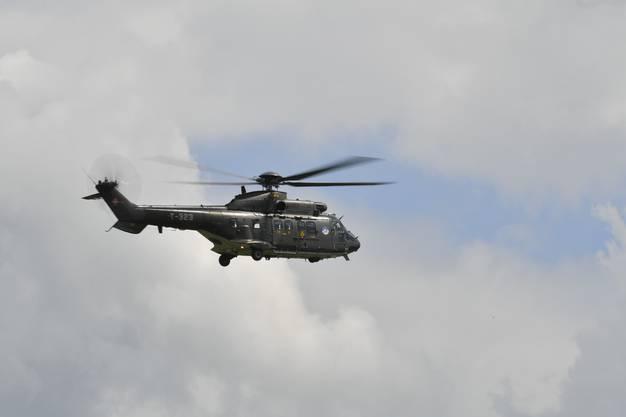 Der Super Puma fliegt sein Solo-Display.