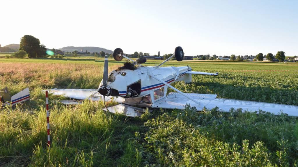 Kleinflugzeug überschlägt sich nach Start – zwei Personen verletzt
