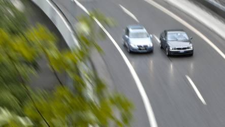 Bei einem Überholmanöver mit Gegenverkehr konnte ein Unfall knapp vermieden werden. (Symbolbild)