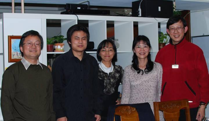 Edward Ye mit seinen Eltern, seinem Klassenlehrer an der St. Ignatius High School und dessen Frau (rechts)