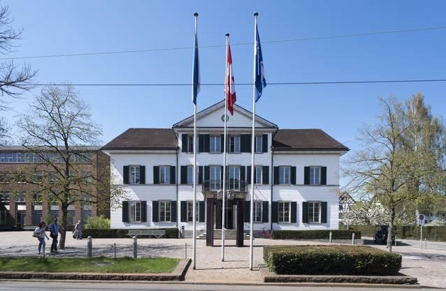 Mitten in Dietikon steht das 150-jährige Gebäude der Stadtbibliothek.