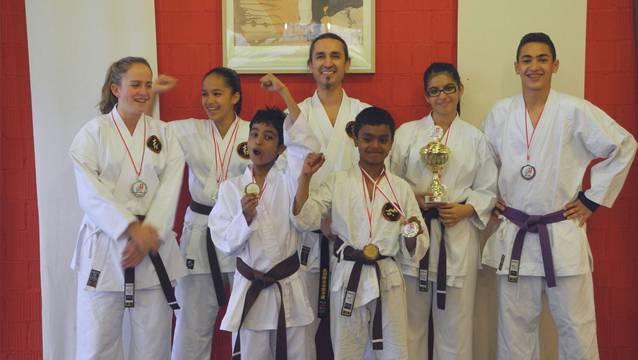 Die erfolgreichen Karatekids mit ihrem Meister: Celine Schüpbach, Mona Elalfy, Shiyam Prabahar, Sensei Dani Karakoc, Naveen Jegatheswaran, Sevda Ergen, Amir Elalfy (von links).